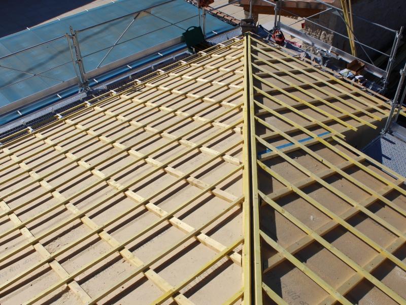 Pose d un panneau de sous toiture pare pluie en fibres de for Nid d oiseau sous toiture