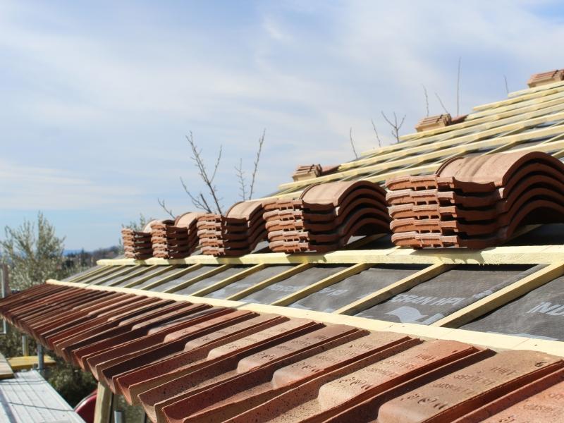 Pose d une toiture en tuile poser des tuiles lors d 39 installation d 39 une toiture r nover for Prix de tuiles pour toiture