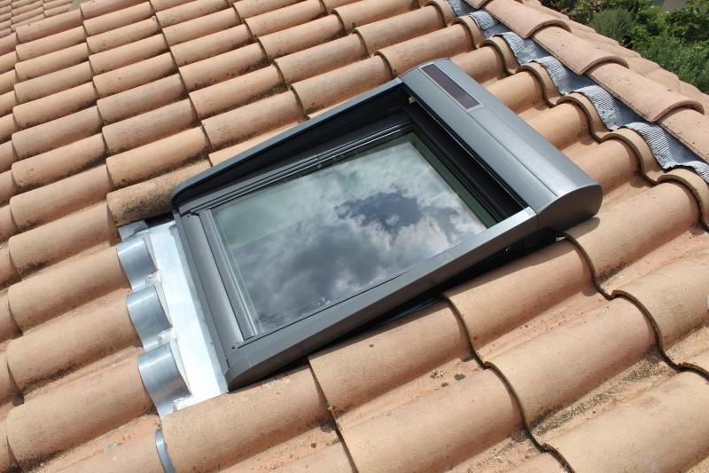 Elegant ... Fenêtre De Toit VELUX® à Rotation Tout Confort Et Volet Roulant VELUX®  à énergie ...