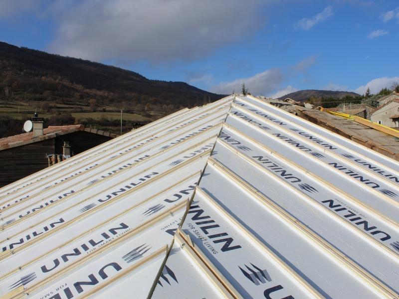 isolation thermique des rampants de toit par l ext rieur avec des panneaux de toiture darbres. Black Bedroom Furniture Sets. Home Design Ideas